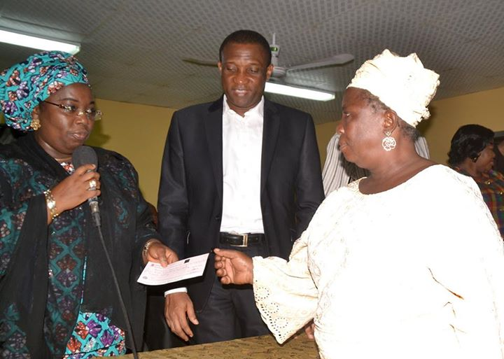 Lagos presents cheques to Iyana-Ipaja, Idimu tanker fire victims (2)
